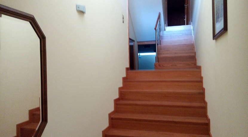 Moradia-Meadela-entrada-traseira-escadas-piso